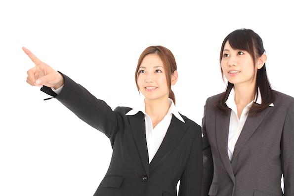 スーツを着た二人の女性